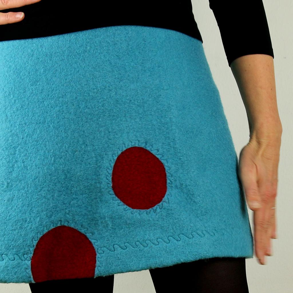fröhlicher blauer Wollrock