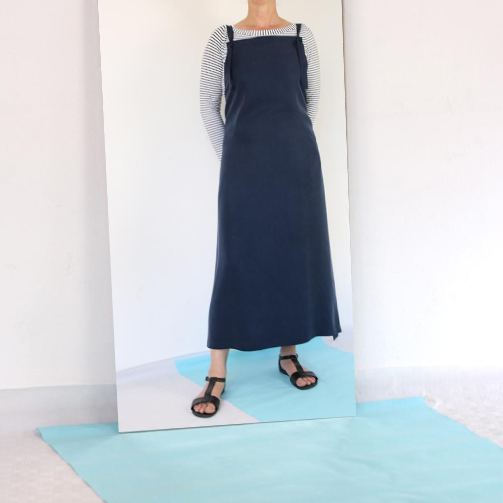 langes Kleid aus fließendem Stoff