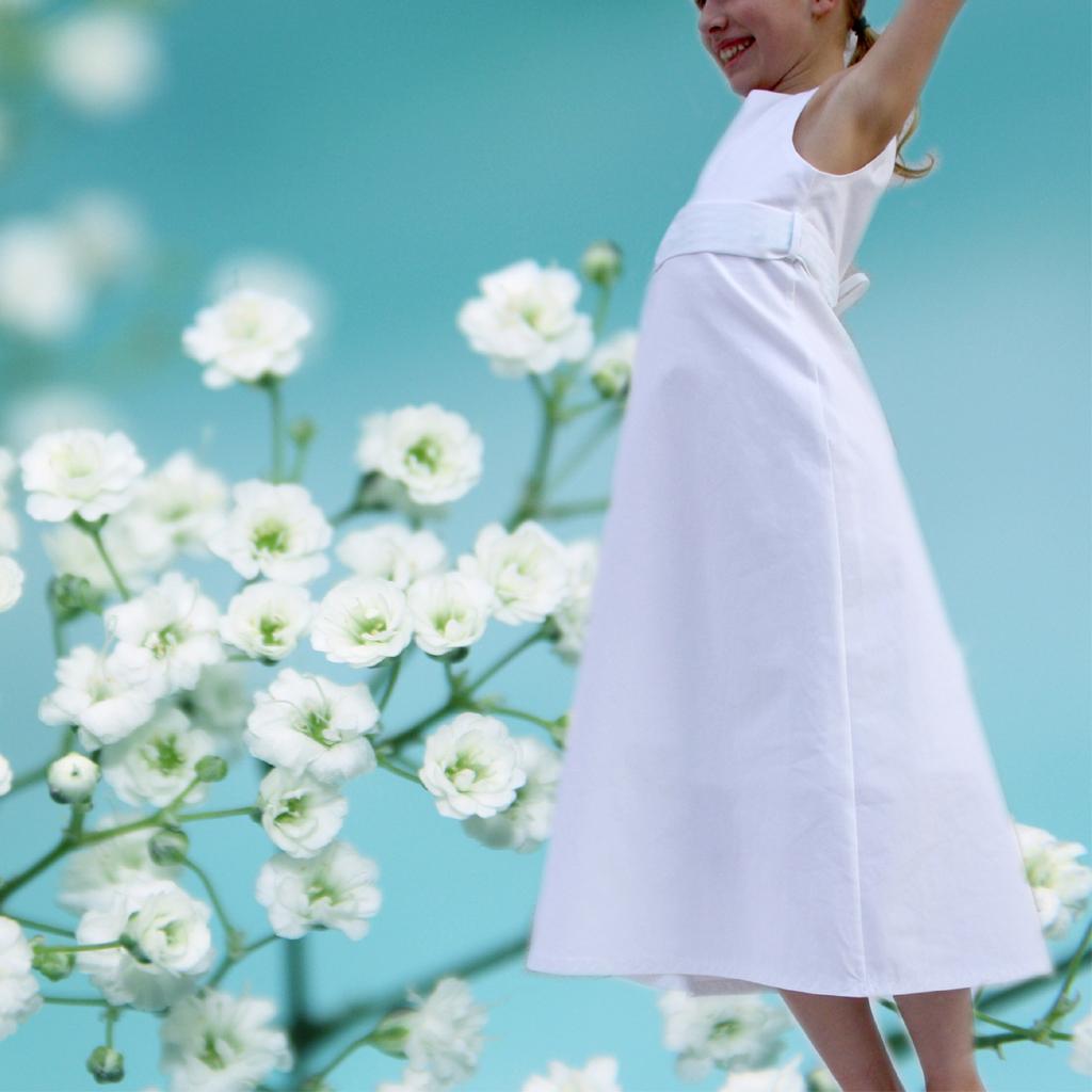 schlichte Kommunionkleider, damit sich die Mädchen nicht verkleidet vorkommen. In München angefertigt und deutchlandweit versendet.
