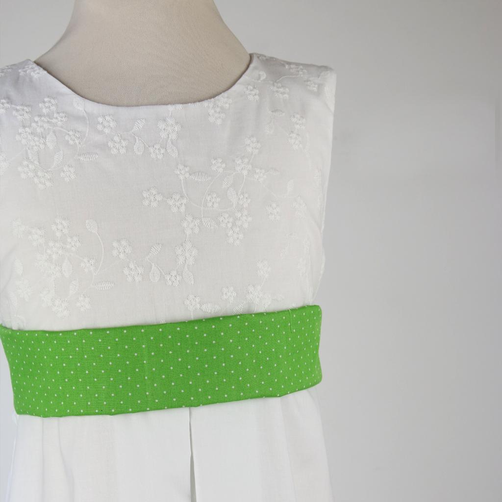 Ein bunter Gürtel für das weiße Sommerkleid