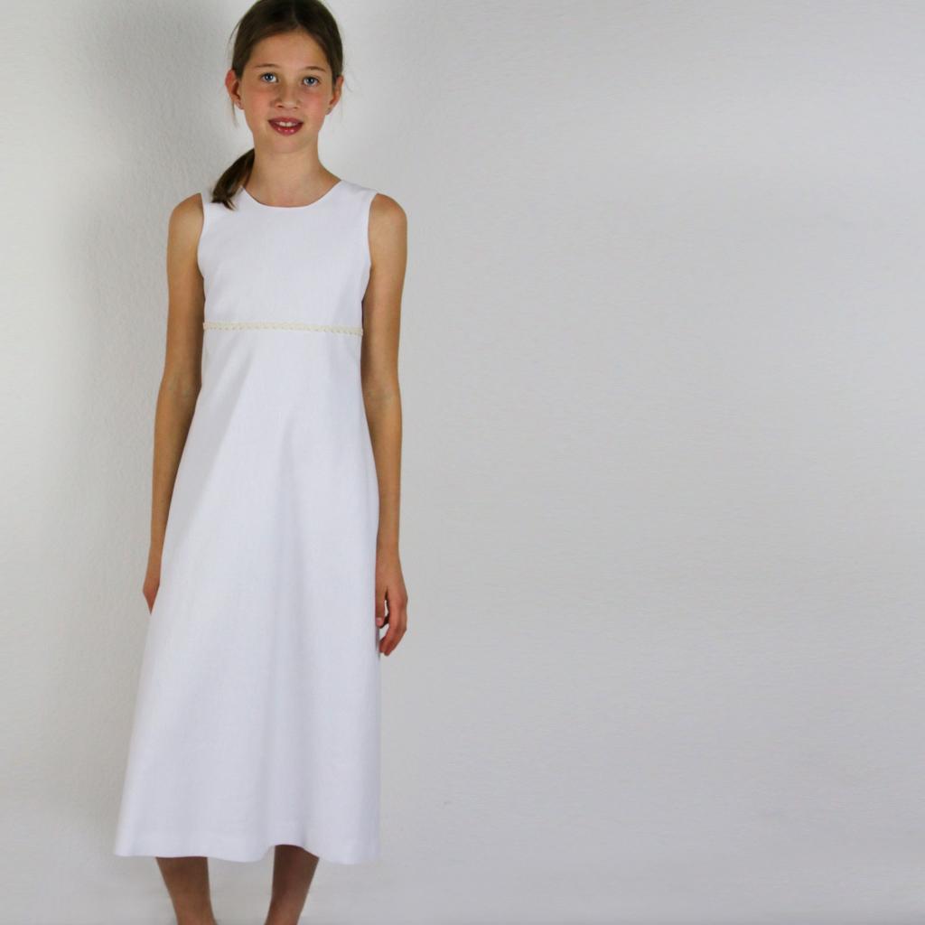 Für die Erstkommunion ein langes weißes Leinenkleid