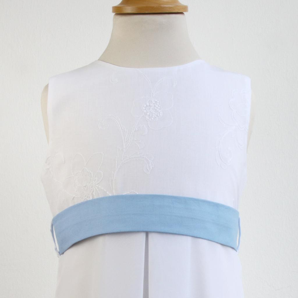 Erstkommunionkleid mit Baumwollstickerei und blauem Gürtel