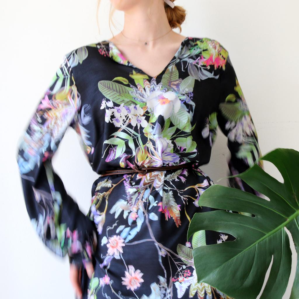 kurzes Sommerkleid mit Taschen im floralen Print in München angefertigt. Modelabel ma-eins