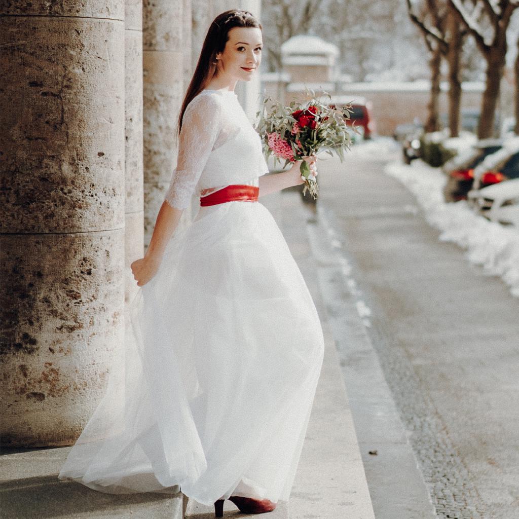 Brautzweiteiler mit weißem Tüllrock und kurzen Spitzenoberteil.