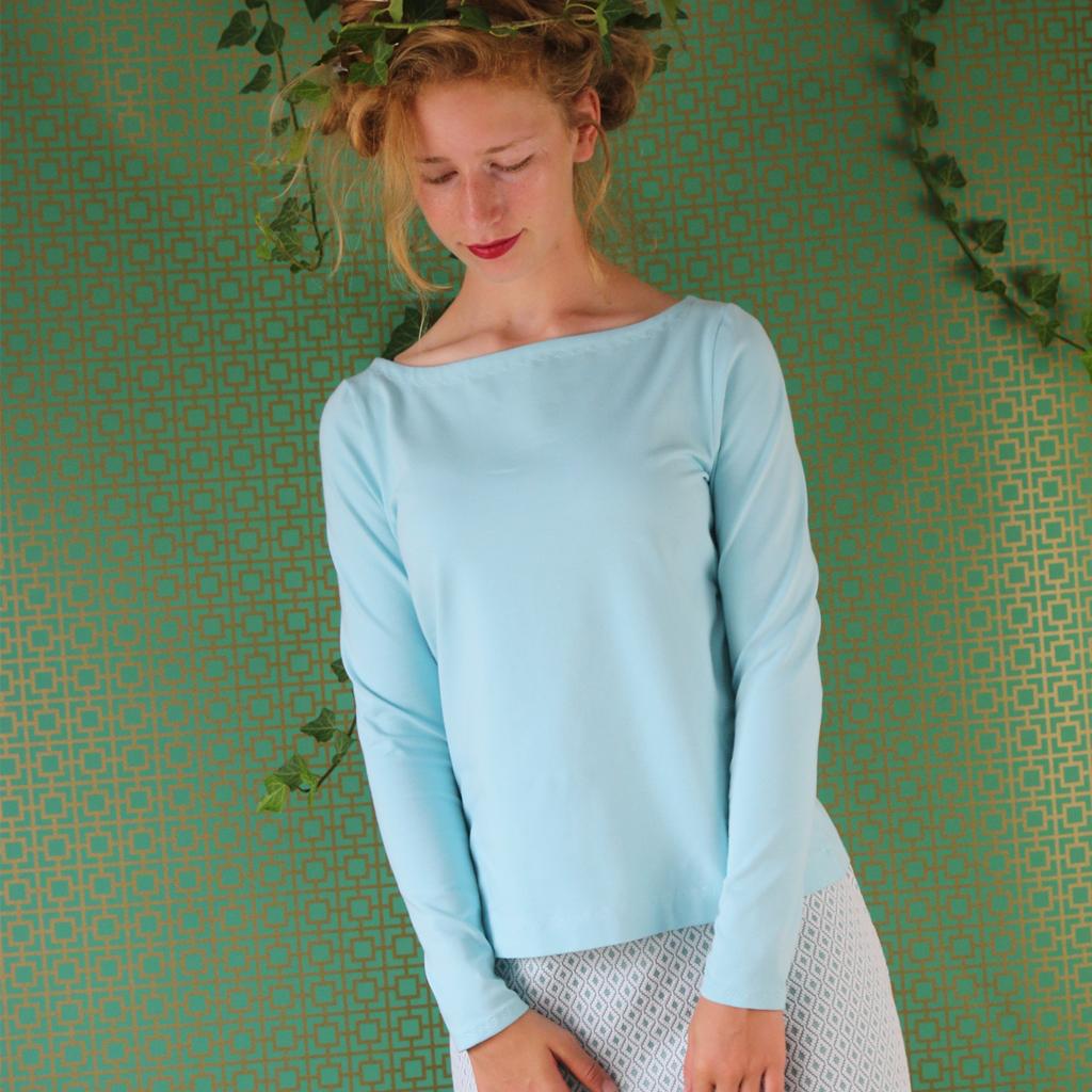 Ein hellblaues Baumwollshirt aus München Localbrand ma-eins fertigt individuelle T-Shirts.