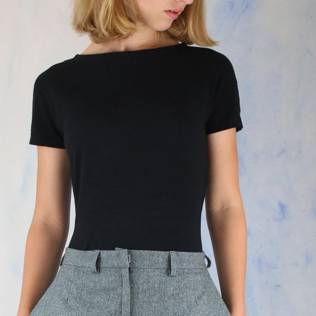 Ein absolutes muss für jeden Kleiderschrank, das Basic Shirt in schwarz. Ob Langarm oder Kurzarm im Atelier ma-eins findest du beide.