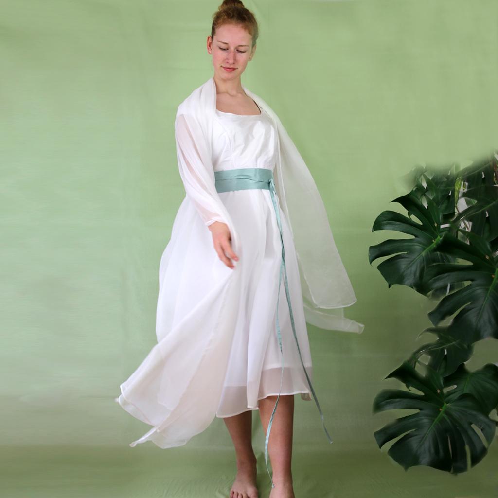 Seidenstola für die Hochzeit. Braut Atelier ma-eins aus München fertigt Brautzweiteiler und schlichte Hochzeitskleider für dich an.