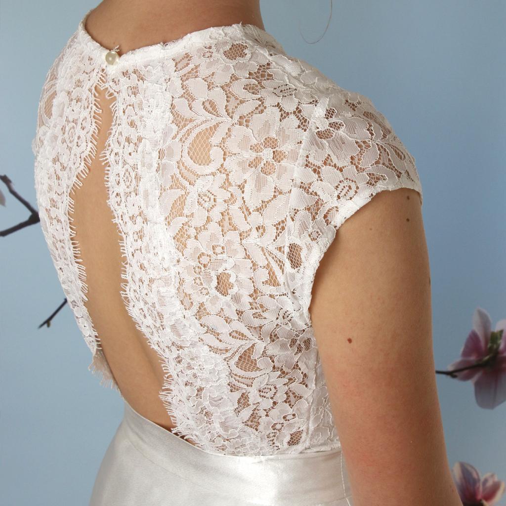 Spitzenoberteil mit tiefem Rückenausschnitt für die Hochzeit aus dem Atelier ma-eins in München