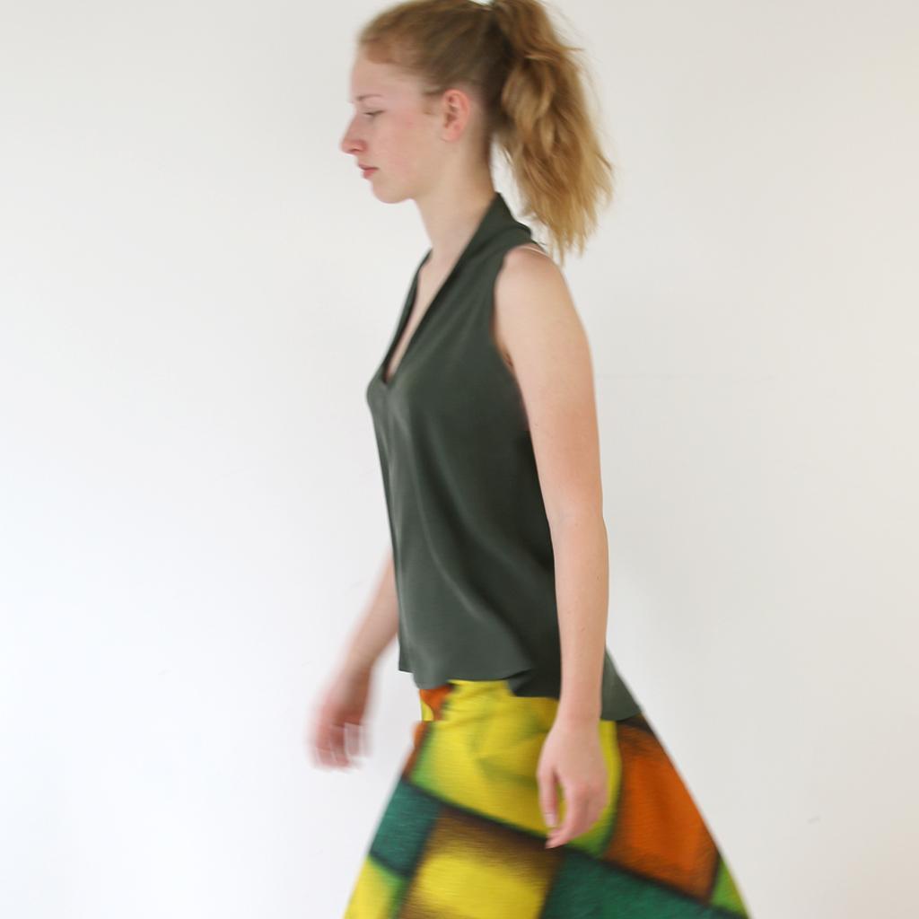 Das chice Sommertop kann je nach Anlass lässig oder edel gestylt werden. Münchener Design Label ma-eins fertigt individuelle Mode an.