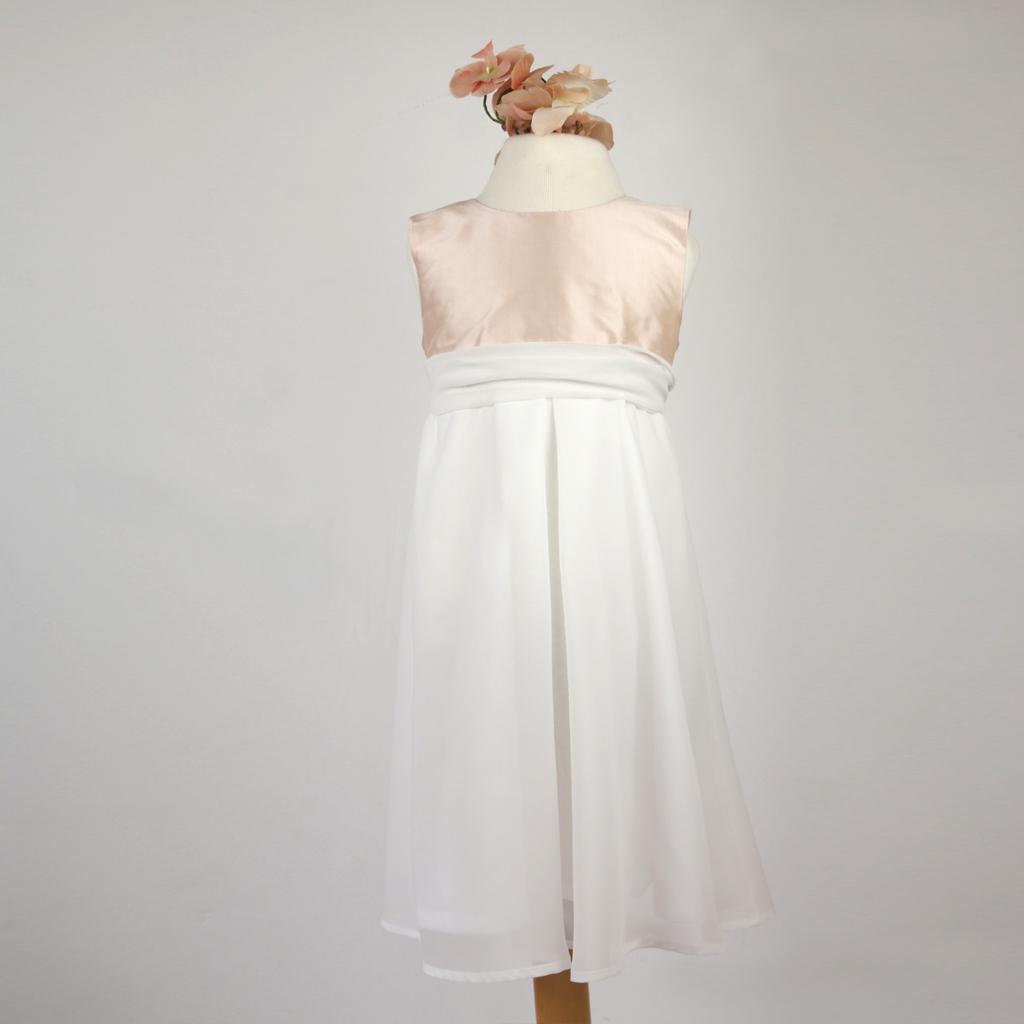 verschiedene Gürtel als Accessoire machen dieses Mädchenkleid zu einem Hingucker. Das Brautatelier ma-eins in München kann Euch die Gürtel individuell nach Wunsch anfertigen.