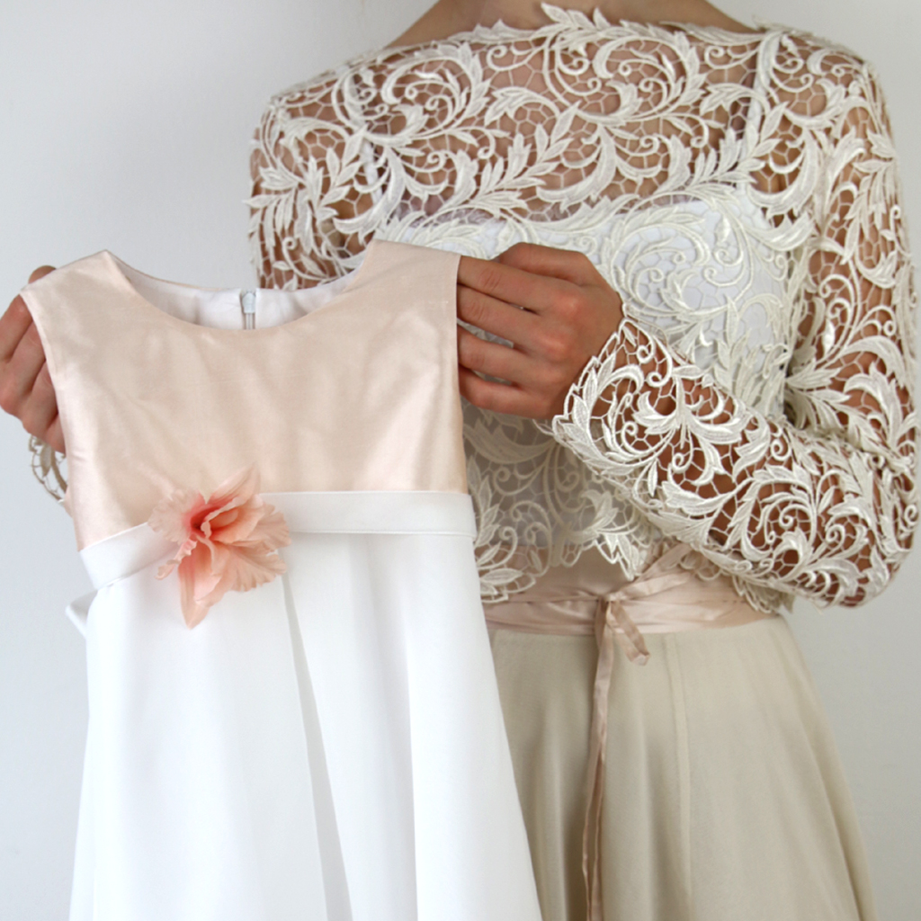 rosé Mädchenkleid für die Taufe oder Hochzeit als Blumenmädchenkleid. Localbrand aus München für schlichte natürliche Brautkleider und Festkleider