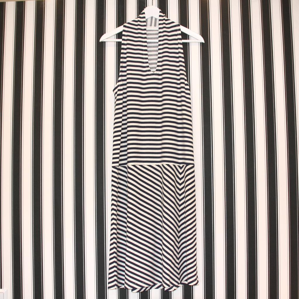 sommerliches Streifenkleid Ahoi. Mit blauen Streifen ist man im Sommer immer richtig angezogen. Ein Kleidermodell von ma-eins, Designmode aus München .