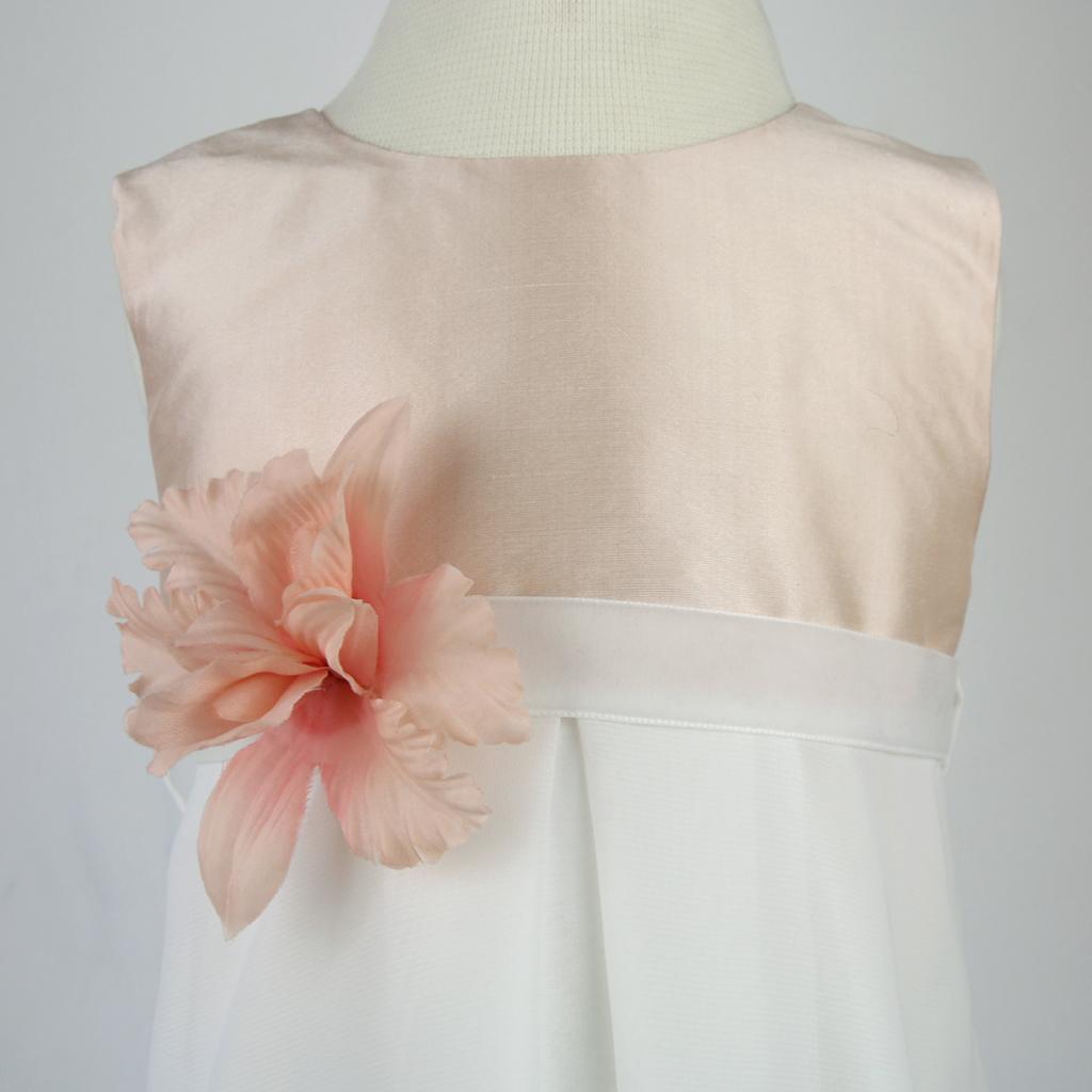 Der Seidenstoff im Oberteil vom Taufkleid oder Blumenmädchenkleid kann individuell angefertigt werden. Im Münchener Atelier für Brautmode ma-eins