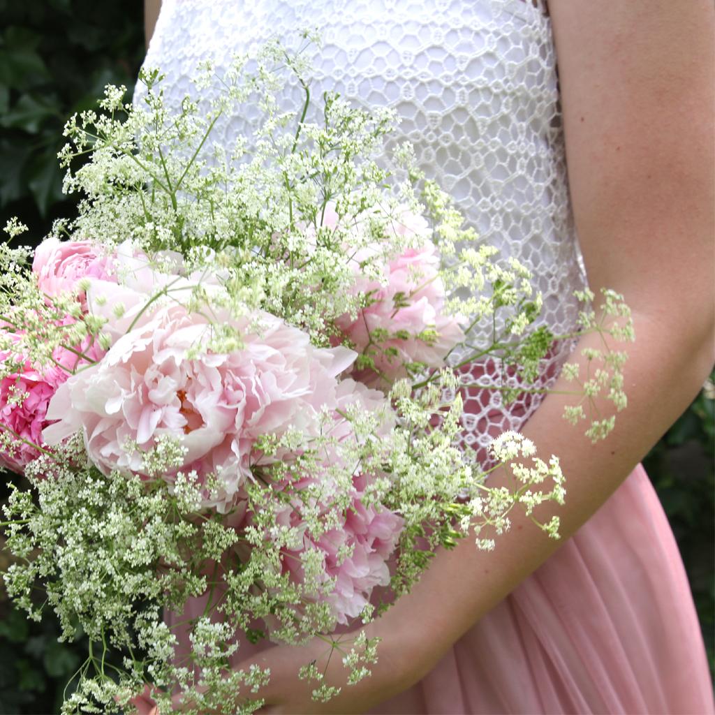 Spitzenoberteil zum rosa farbenen Tüllrock, besonders hübsch bei Winterhochzeiten. Brautatelier ma-eins in München für perfekte Brautzweiteiler.
