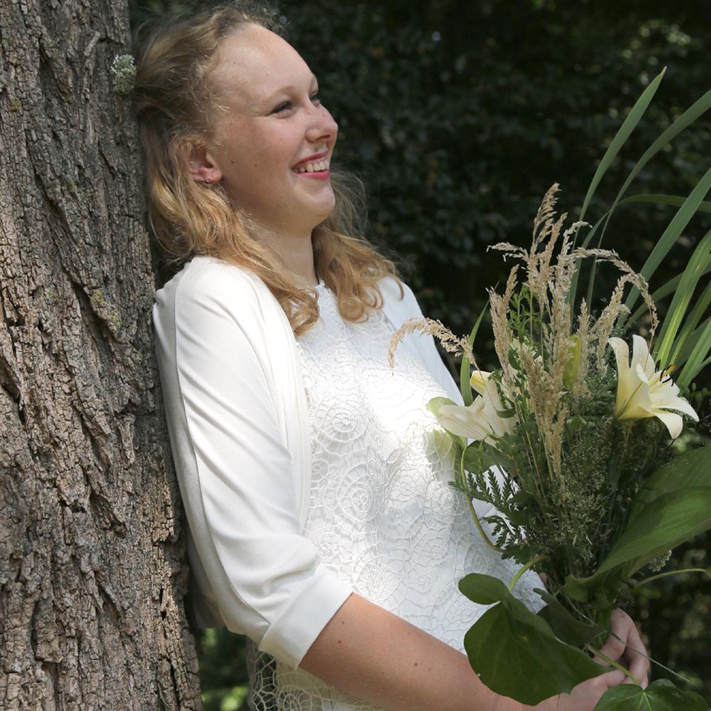 keine klassische Bolerojacke zum Hochzeitskleid. Ein feines weißes Jäckchen. Brautkleiderlabel ma-eins aus München fertigt für Euch individuelle Stücke an.