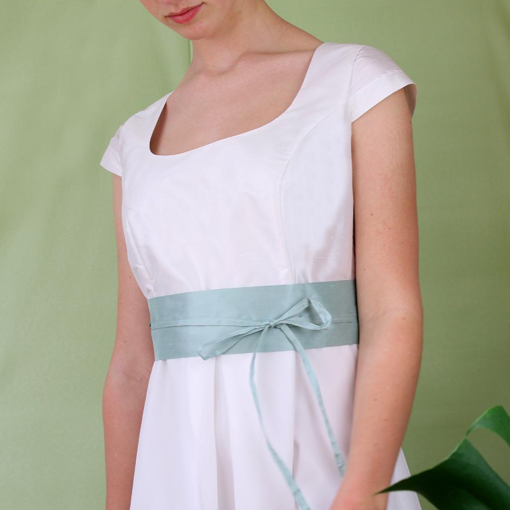 mintfarbener Seidengürtel für das Hochzeitskleid. Designed und produziert in München vom Fashionlabel ma-eins.