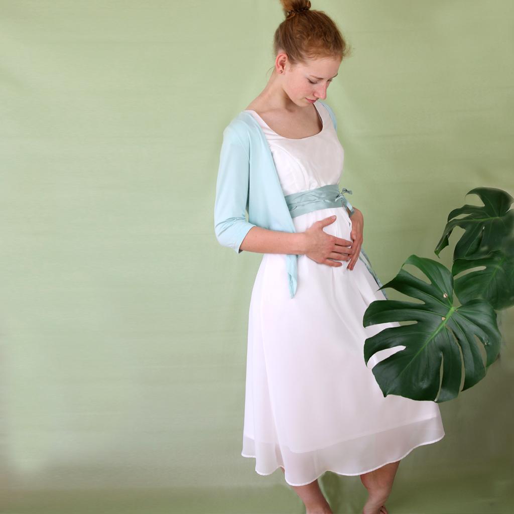 Seidenkleid für Schwangere mit fließendem Stoff in Empire Linie. Brautmodeatelier aus München ma-eins fertigt dein Umstandsbrautkleid an