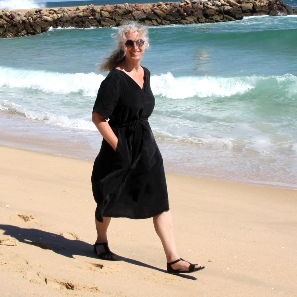 schwarzes Sommerkleid vom localbrand ma-eins aus München. Reduziert und pur, ist das leichte Kleid ein toller Begleiter im Urlaub.
