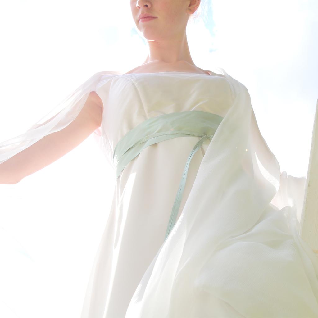 weißes Seidenkleid für deine Hochzeit in der Schwangerschaft. Münchener Label ma-eins fertigt schöne natürliche Brautkleider an.