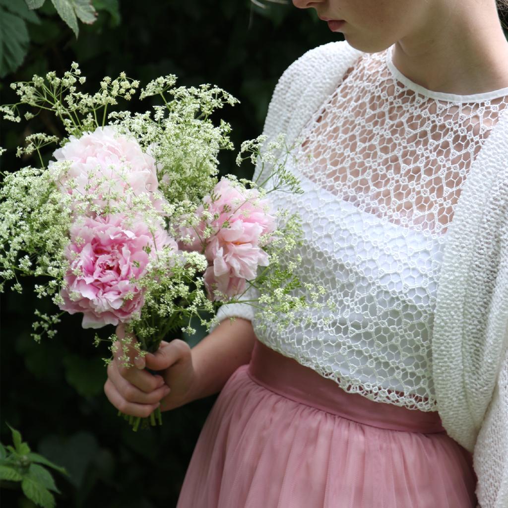 natürliche Brautkleider mit kleinen Brautjacken kombiniert für eine Bohohochzeit im Winter.