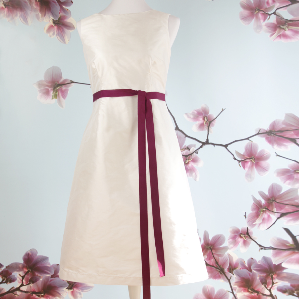 Seidenhochzeitskleid für das Standesamt. Schlichte und pure Hochzeitskleider aus dem Brautatelier ma-eins.