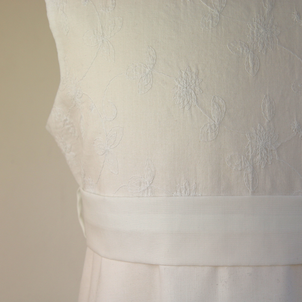 Baumwollkleid zur Kommunion mit feiner  Bütenranke. Fashionlabel ma-eins aus München steht für schlichte natürliche Kommunionkleider.