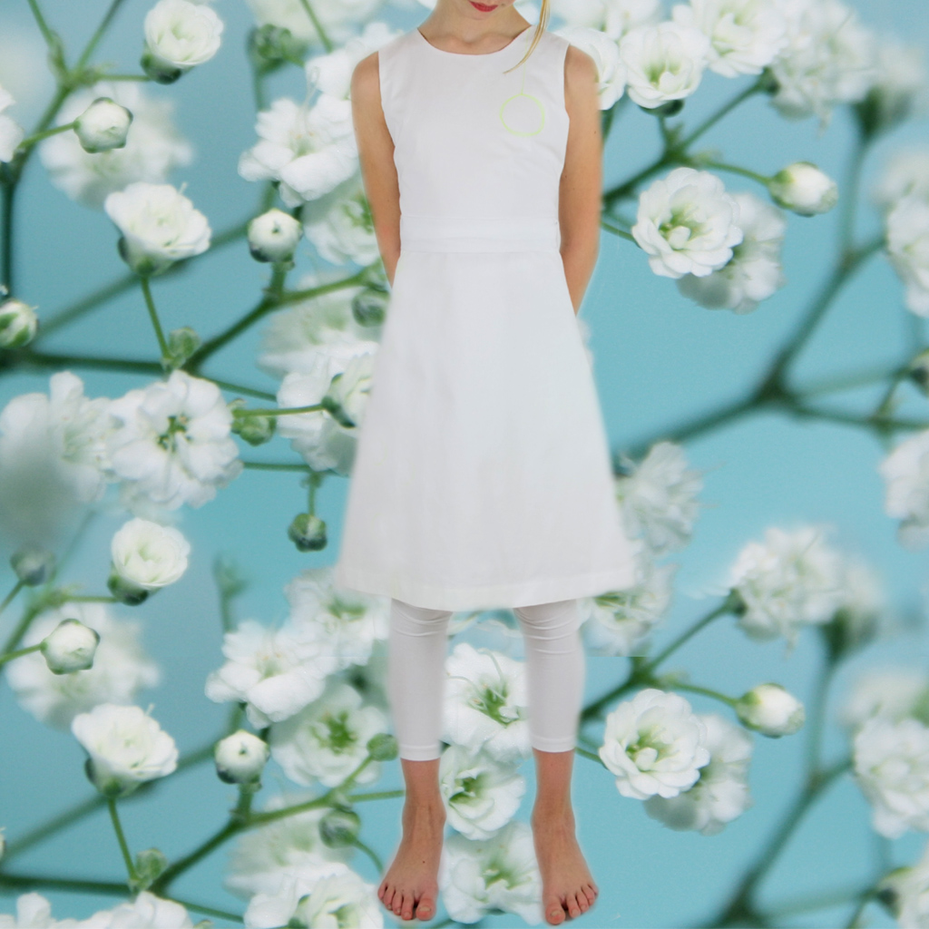 Ein kurzes Kommunionkleid aus griffiger Baumwolle. Schlichte Kommunionkleider aus München individuell angefertigt.