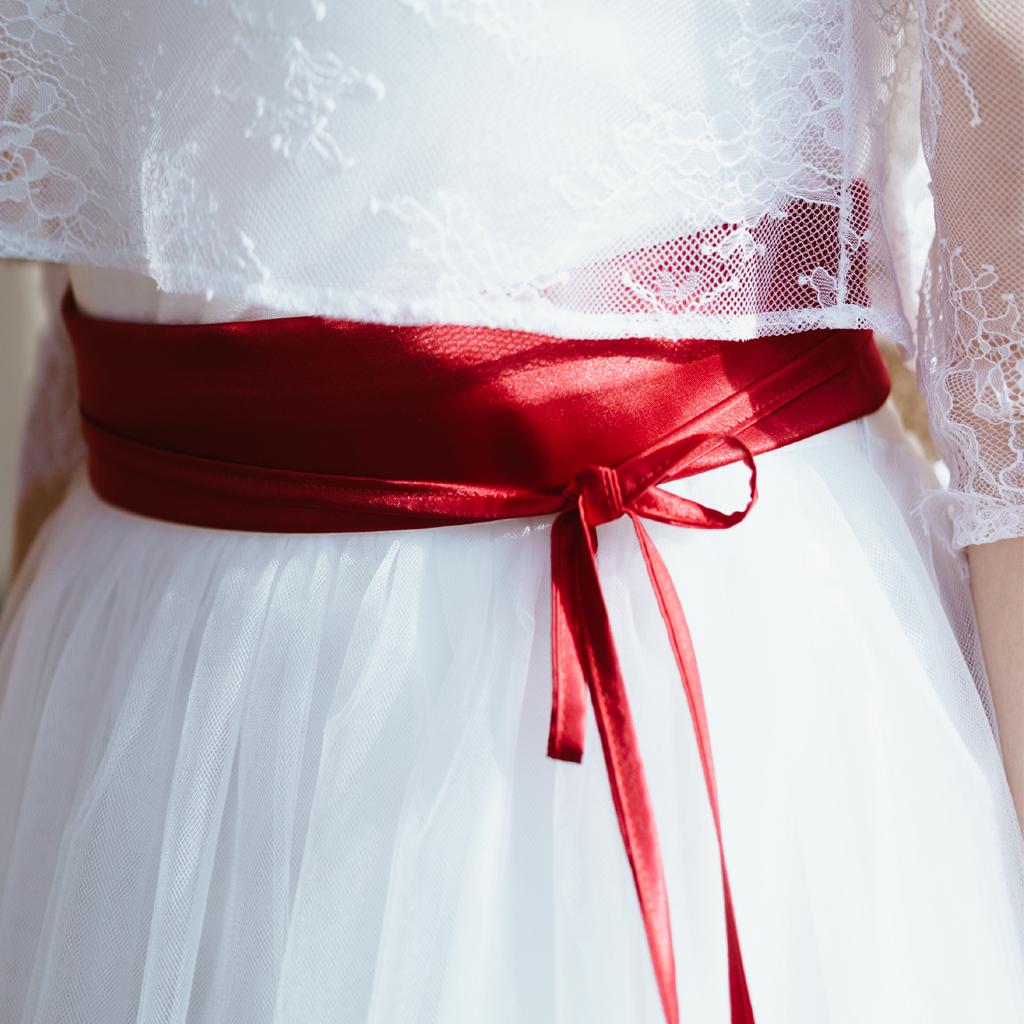 roter Brautkleid Gürtel zum schneeweißen Hochzeitskleid. Natürliche Brautkleider aus München.