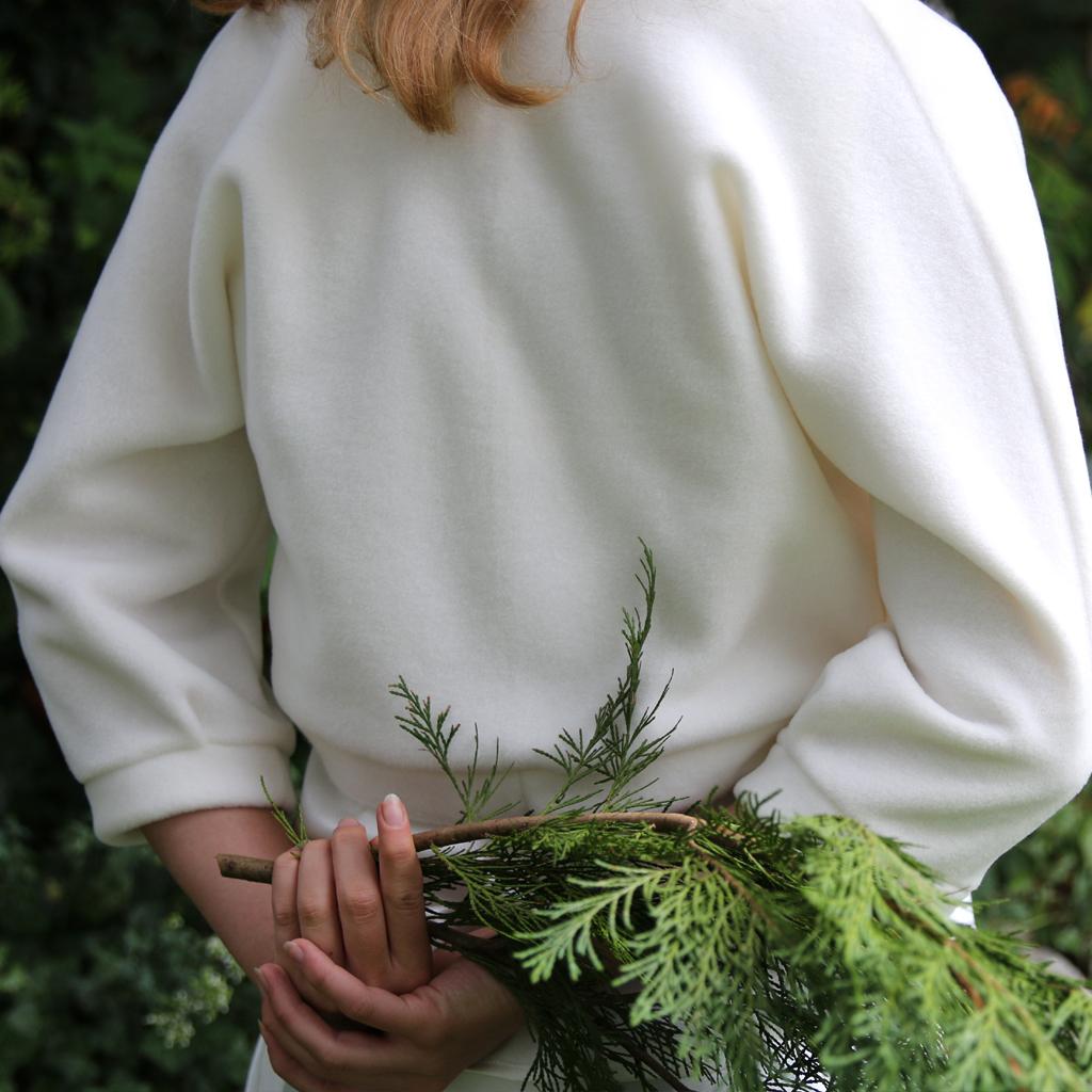 Eine weiße Brautjacke modern und lässig geschnitten für die Winterhochzeit. Brautoberteile aus München.
