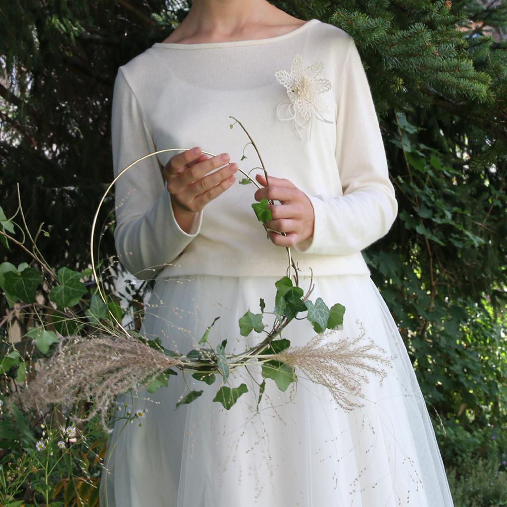 weicher weißer Strickpullover für die Hochzeit. In München für dich persönlich angefertigt. Localbrand ma-eins für schlichtes Brautstyling.