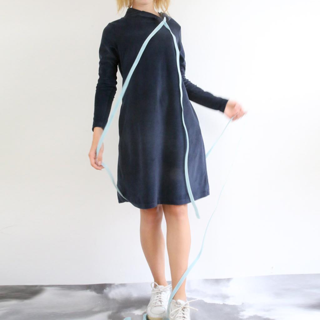 dunkelblaues warmes Nikikleid mit besonderer Kragenlösung. Multitalent zum kombinieren.