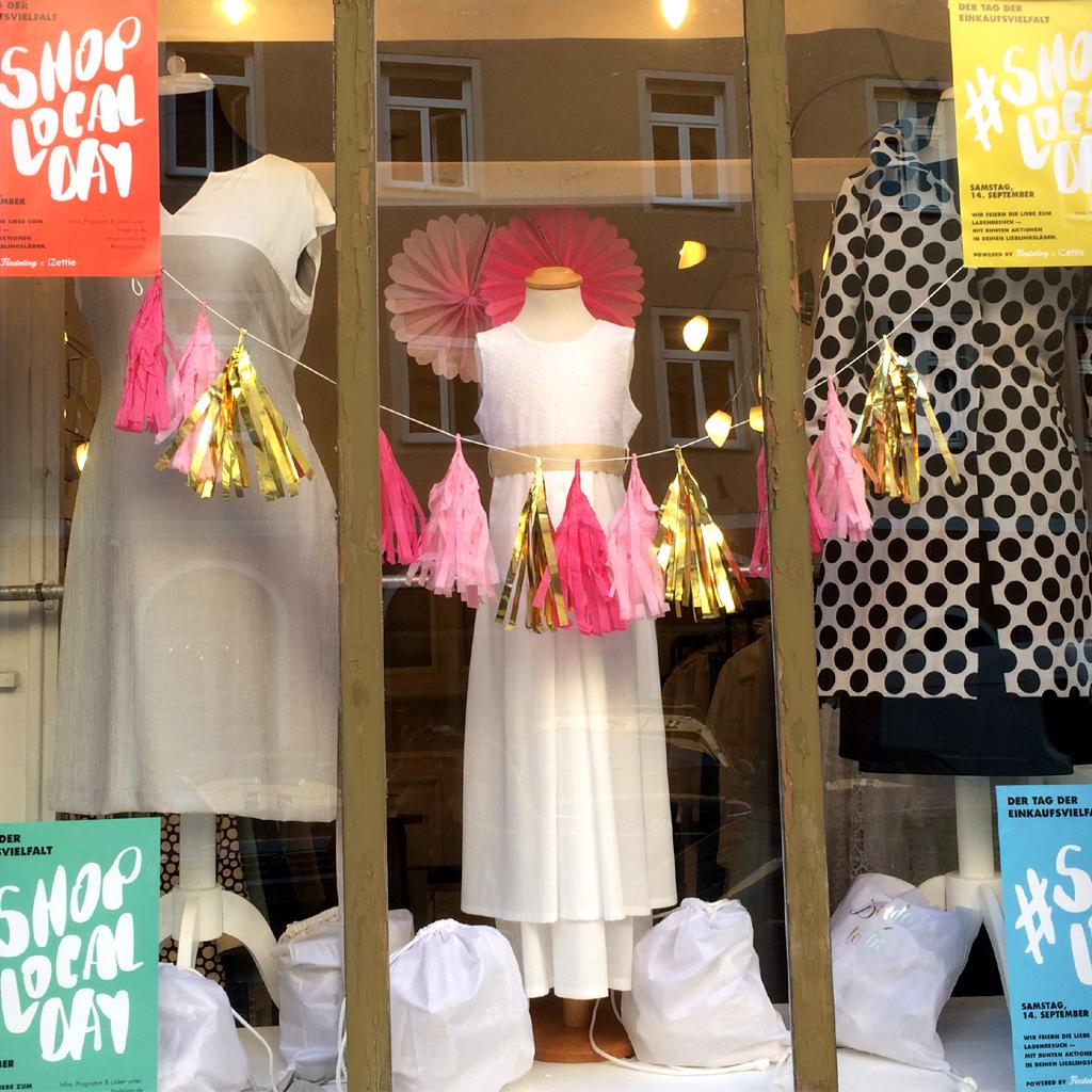 Das Schaufenster ist dekoriert. Ma-eins Shop Local Day in München