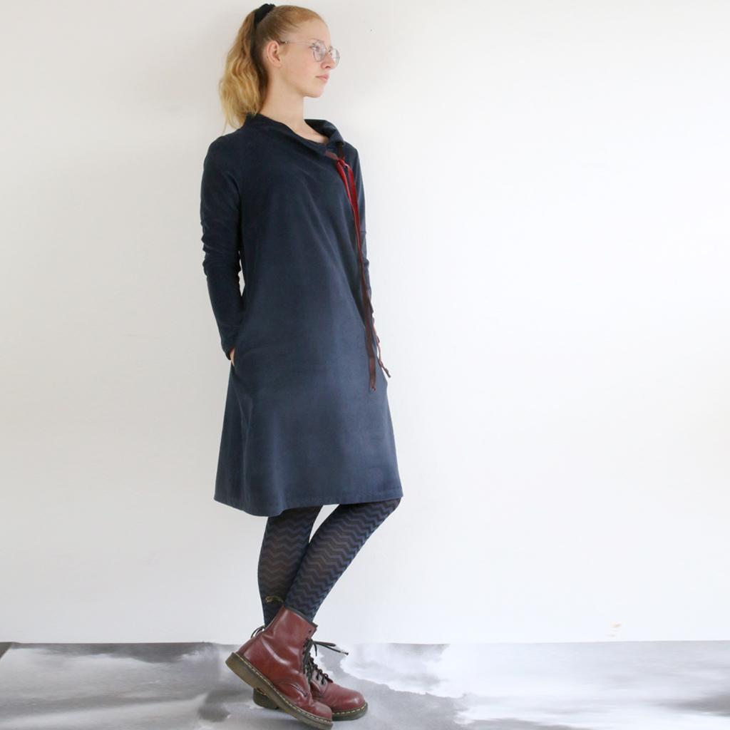 weiches Winterkleid in München fair produziert. Das Label ma-eins fertigt schöne individuelle Mode für dich an.