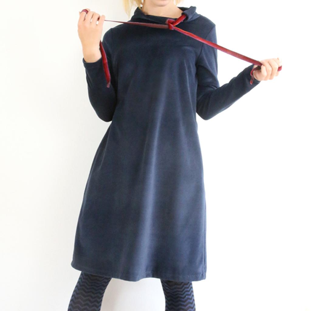 Winterkleid in dunkelbau. Localbrand ma-eins aus München fertigt Kleider an , die schnell zu Lieblingskleider werden.