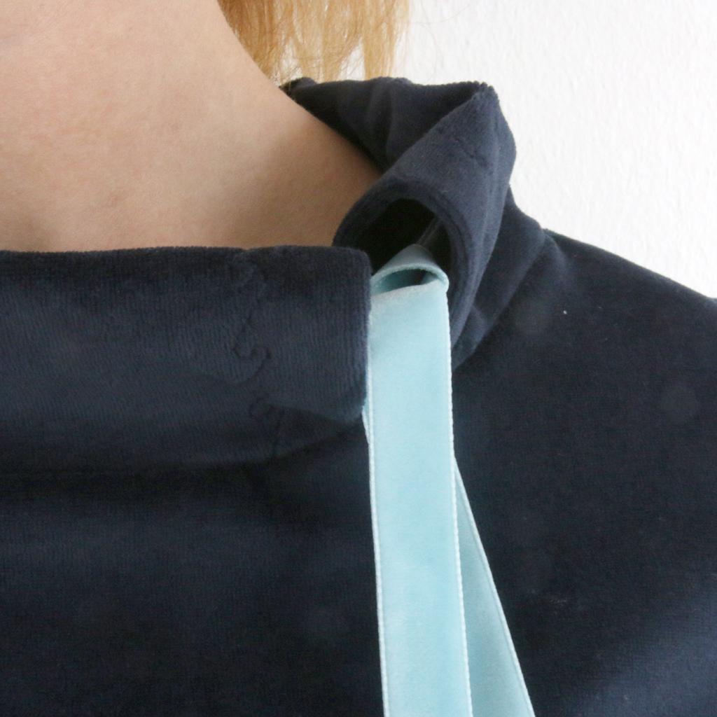 besonderes Kragen Detail am Winterkleid. Label ma-eins fertigt besondere Kleider für dich.