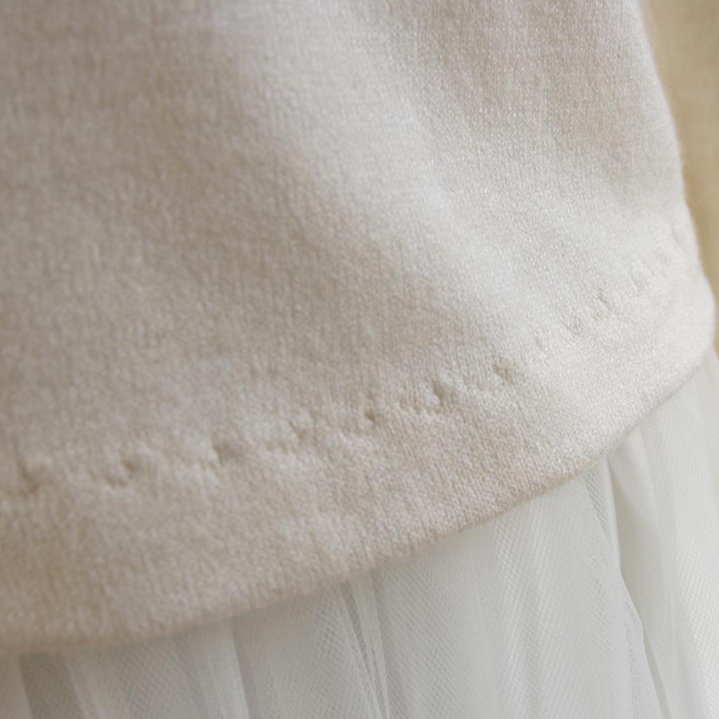 Ein weicher Hochzeits Pullover in ivory. Ein schlichtes Brautstyling nicht nur für einen Tag. Brautatelier ma-eins berät dich gerne mit vershiedenen Brautlooks.
