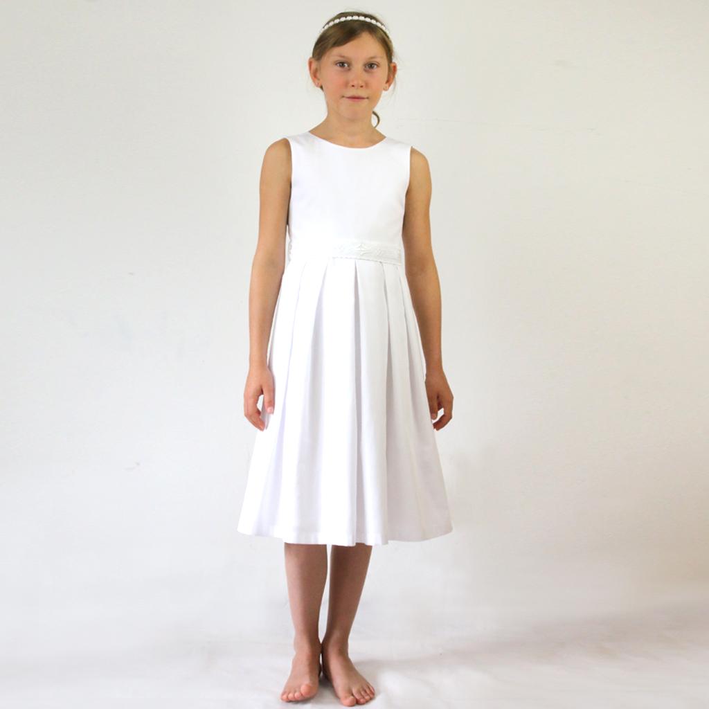 Das schlichte kurze Kommunionkleid für die Kommunion 2020 ist aus natürlicher Baumwolle gefertigt. Slowfashion -ein Kommunionskleid nicht nur für einen Tag. ma-eins aus München