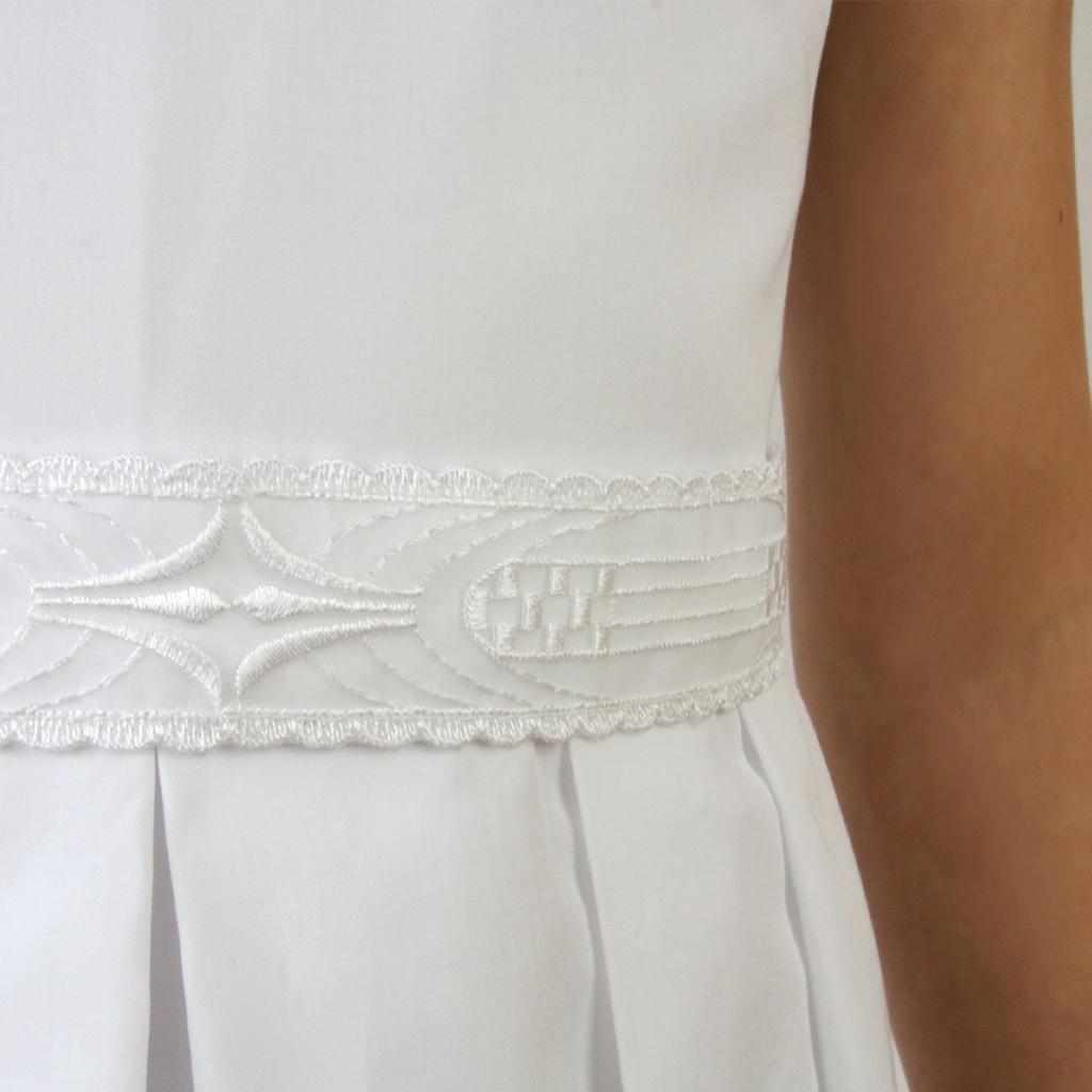 Individuelle Gürtel für die Erstkommunionkleider 2020. Das Label ma-eins fertigt schlichte und natürliche Kommunionkleider in allen Größen an und versendet sie deutschlandweit.