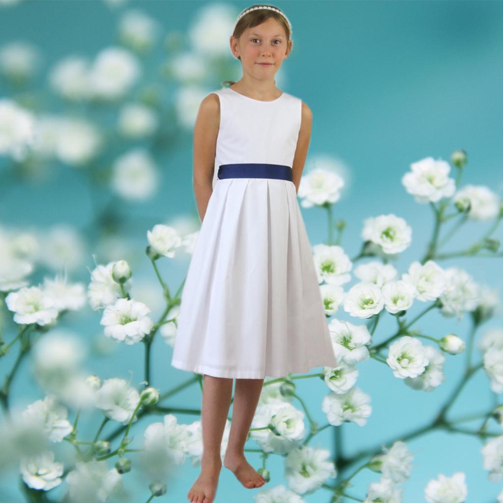 ein modernes Kommunionkleid, das auch als weißes Sommerkleid mit buntem Gürtel getragen werden kann. Kommunionkleider 2020 aus München.