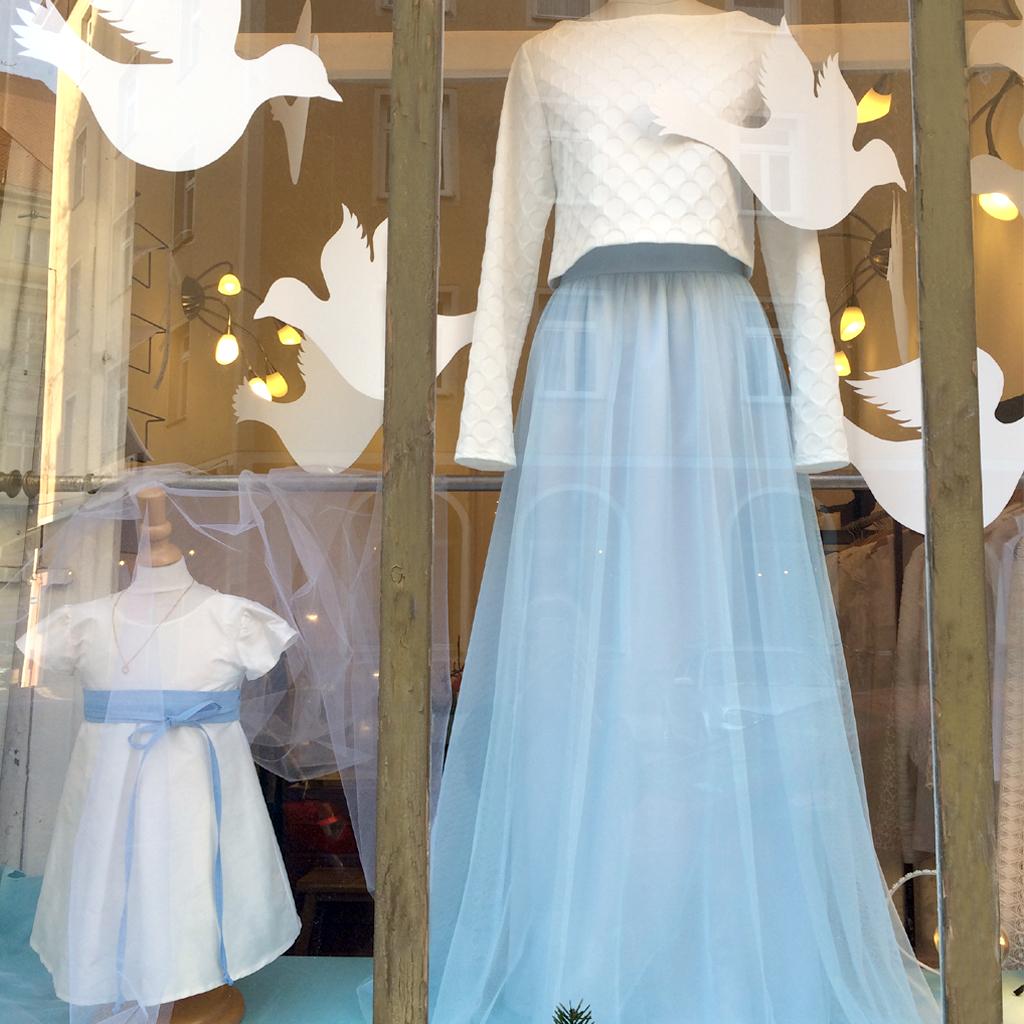 Standesamtkleid mit Tüllrock und kurzem Brautpullover. schlichte natürliche Brautkleider aus München