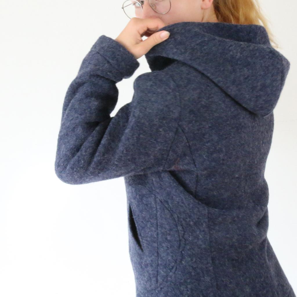 Kapuzenjacke aus Wolle als Outdoorjacke mit besonderem Schnitt. Schneideratelier in München ma-eins