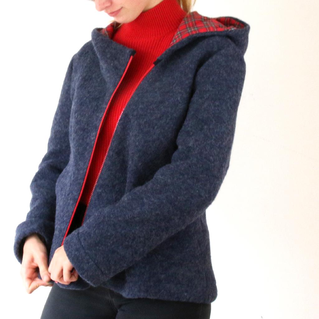 blaue Wolljacke mit rotem Reißverschluss. Munich Label ma-eins