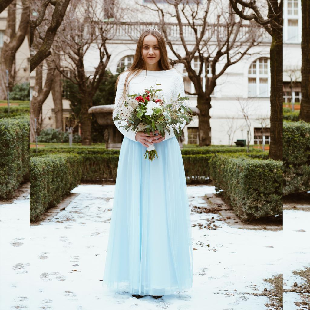 Winterhochzeit 2020 mit hellblauem Tüllrock und Brautpullover in ivory. Das münchener Label ma-eins fertigt schlichte Brautzweiteiler für deine Hochzeit