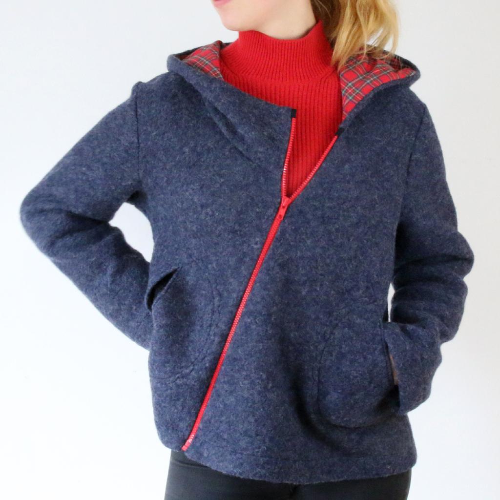 Asymetrisch geschnittene kurze Wolljacke in blau mit rotem Reisverschluss. Atelier ma-eins für Lieblingsteile