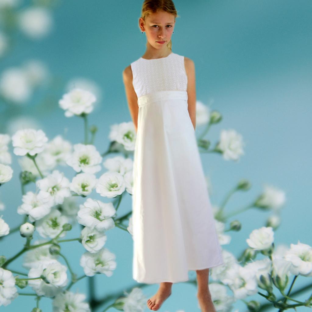 Baumwoll Kommunionkleid in reinweiß, für Mädchen die es lieber natürlich schön an ihrer Kommunion 2020 haben möchten. Kommunionmode aus München