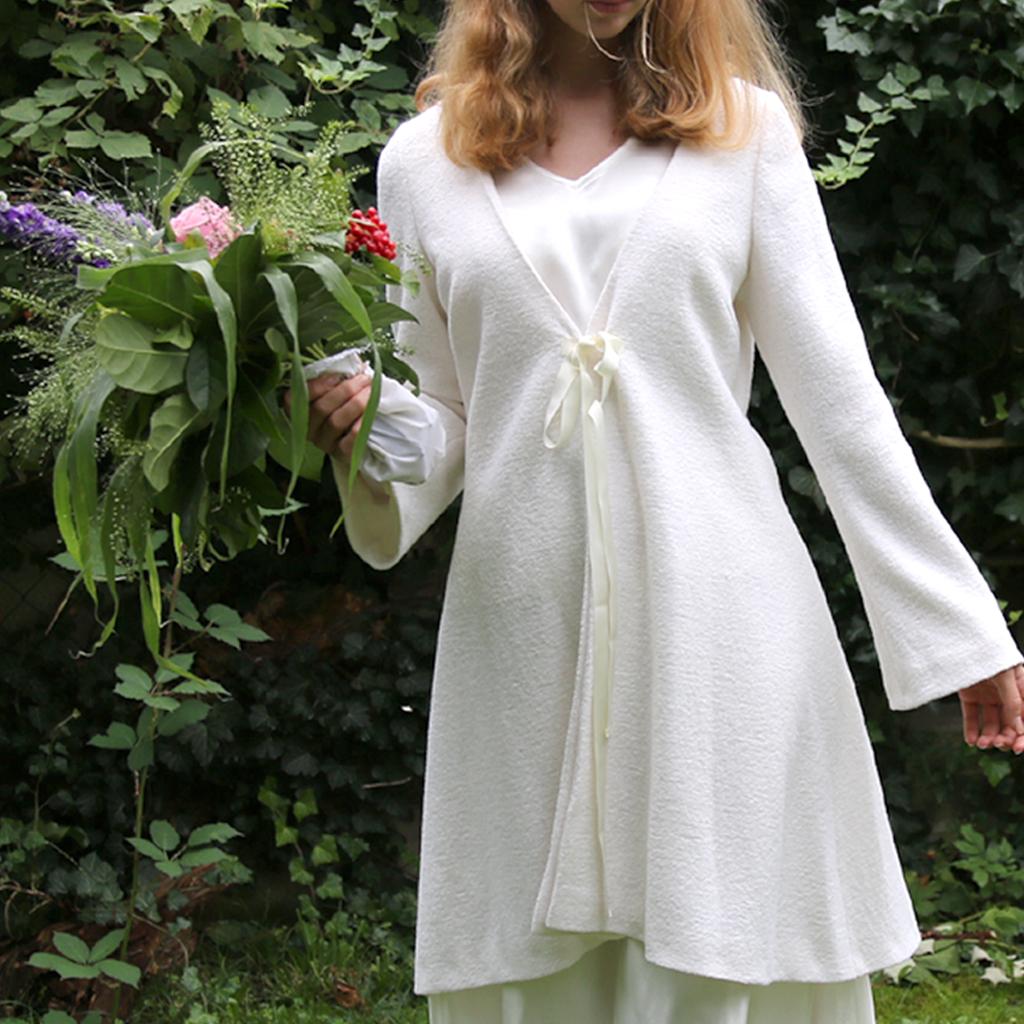 Der schlichte Brautmantel passt zu vielen Brautkleidern perfekt. In München fertigt das Label ma-eins schlichte und natürliche Hochzeitsmode an.