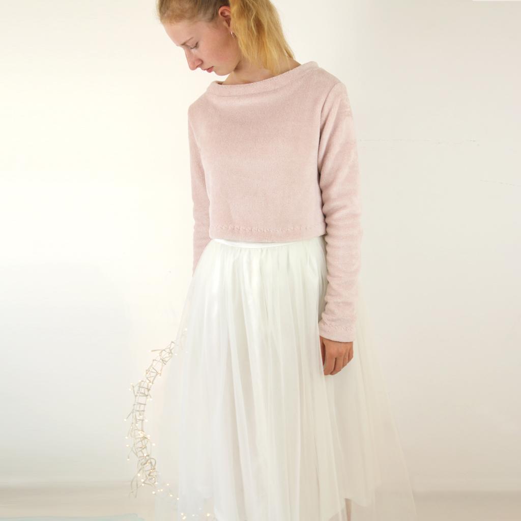 Ein Hochzeitskleid zum wohlfühlen. Ein altrosa Pulli und ein cremefarbener Tüllrock machen das Brautstyling perfekt für eine Winterhochzeit.
