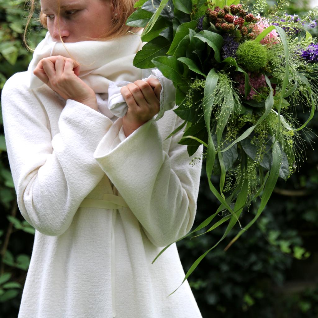 weißer Brautmantel in ivory für die Winterhochzeit. Natürlich schlichte Brautmode aus München zu bezahlbaren Preisen.