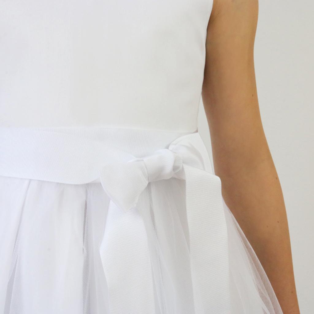 Ein edles Ripsband zum binden beim Tüllrock in weiß für die Kommunionkleider. Erstkommunionkleider für Mädchen und Blumenmädchen aus München zum kaufen und bestellen.