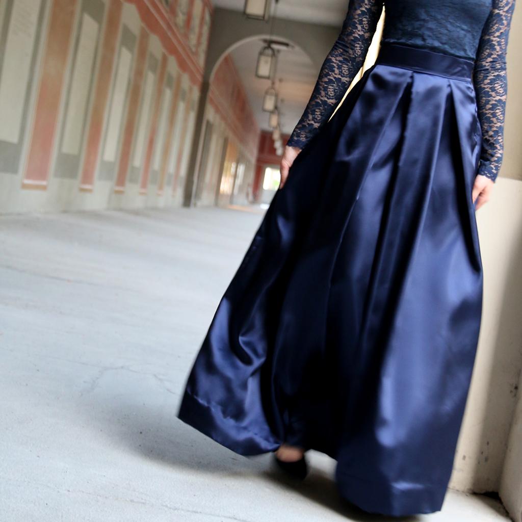 zweiteiliges Abendkleid im klassischen dunkelblau mit langem Faltenrock und langarm Spitzenoberteil. festliche Kleider aus München